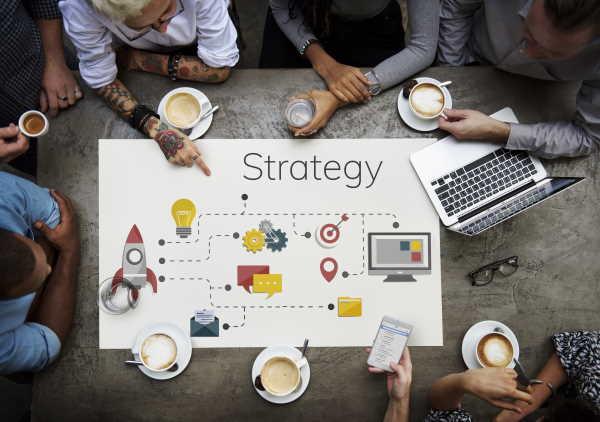 Mennesker om et bord der taler strategi